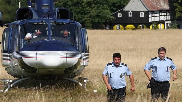 Policejní vrtulník kontroloval hranici. Kontrolu prováděl ředitel ústeckého oblastního ředitelství služby cizinecké policie (na snímku vpravo) Jaroslav Zeman se svým zástupcem Josefem Židem.