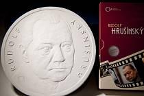 Jablonecká Česká mincovna navázala na loňskou úspěšnou poctu Karlu Fialovi, a proto v letošním roce v rámci Mezinárodního filmového festivalu Praha Febiofest vyznamenala pamětní medailí další legendu českého filmu, Rudolfa Hrušínského.