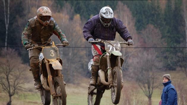 Tanvaldská kotlina se motorkami jenom hemžila.