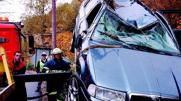 Vůz spadl do bývalé požární nádrže, jež byla částečně zaplněna vodou a bahnem. Řidič zůstal uvězněný ve vozidle. Přivolení hasiči vůz převrátili na bok a muže vytáhli. Podchlazený  muž se znovu narodil.
