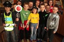 Z besedy ve školní družině v Základní škole Liberecká v Jablonci nad Nisou se žáky druhých tříd, kteří měli možnost si po přednášce vyzkoušet i některé součásti výstroje policisty.