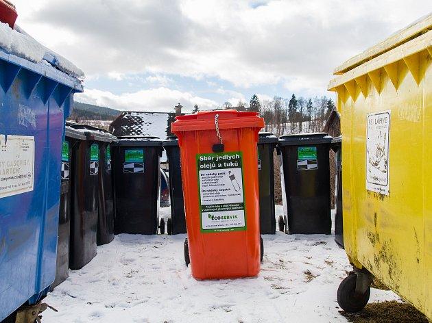 Vedení města Smržovky se rozhodlo pořídit popelnice na tuky a oleje z domácností. Speciální červené popelnice se objeví hned na pěti místech - u samoobsluhy na náměstí T. G. Masaryka, u bytovek v Luční a ve Sportovní ulici a u autobusových zastávek Zvonko