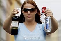 Někteří nezletilí na svůj věk rozhodně nevypadají. Figurantka Pražského deníku ve skutečnosti není plnoletá. Alkohol a cigarety ale nakoupí často i ti, kteří jsou dětmi na první pohled.