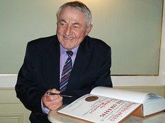 Siegfried Weiss se podepisuje do Pamětní knihy města Jablonec n. N.