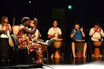 Na letní dílně Léto tančí 2015 si bubnování na djembe s Akassou vyzkoušely i děti.