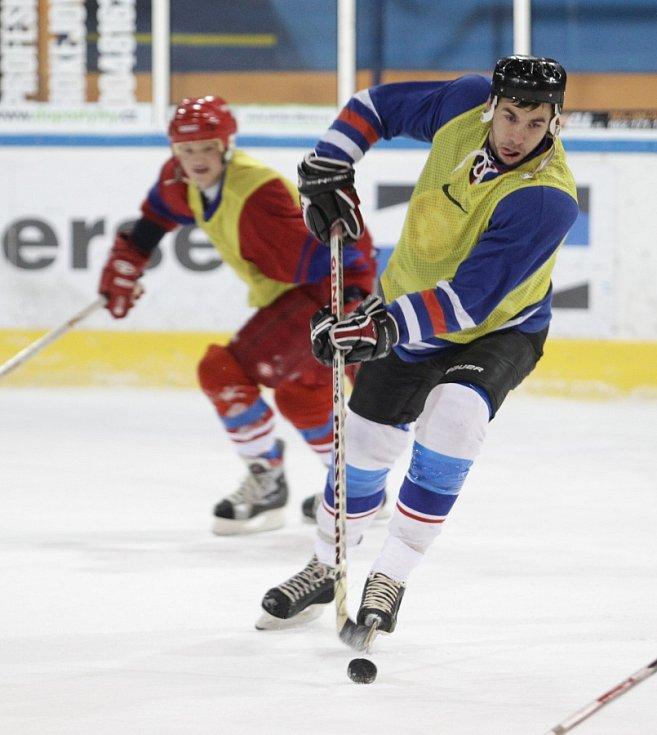 Fotbalisté Baumitu si zahráli hokej. Na snímku Jakub Štochl, za ním Jan Kopic.