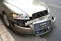 PO NEHODĚ. Audi A6 se srazilo s motocyklem Huoniao.