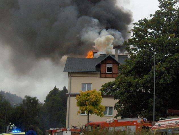 V Tanvaldu hořel bytový dům