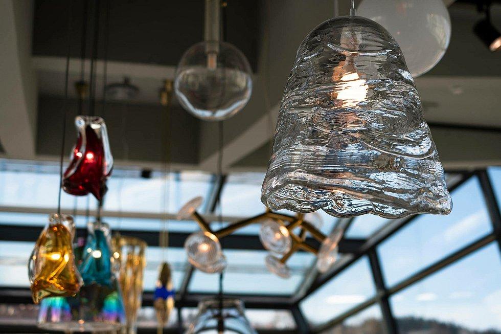 Lasvit do muzea věnoval mimo jiné svítidlo Frozen navržené Maximem Velčovským.