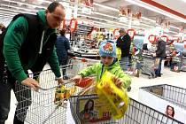 Do Národní potravinové sbírky se rozhodl zapojil v sobotu v jabloneckém Kauflandu i otec se synem. Do obchodu přijeli zcela cíleně pomoci. Chlapec podle tatínka vše platil ze svých úspor.