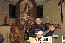 K tradicím vánočního času již několik let patří setkání v loučenském kostelíku sv. Josefa na Štědrý večer při zpívání s kytarou a Radkem Jelínkem.