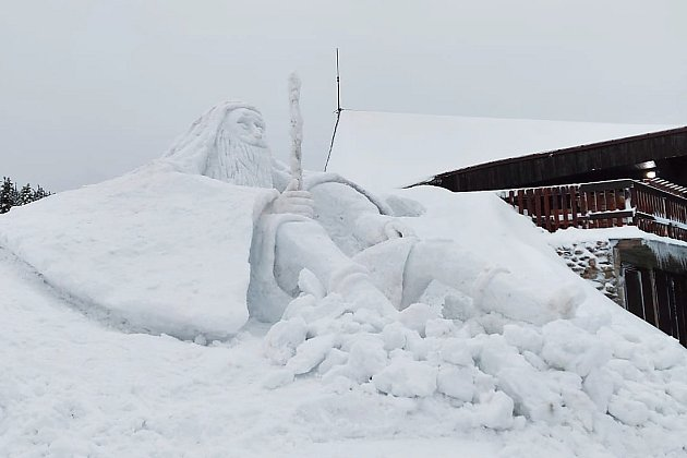Skupina umělců zJilemnice postavila před Labskou boudou sněhovou sochu Krakonoše vysokou 6,5metru.