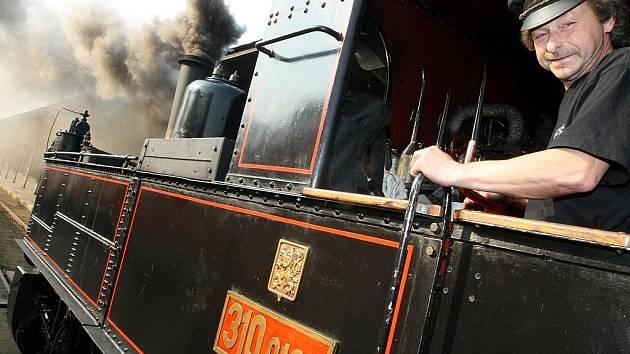 Parní lokomotiva při zvláštních jízdách regionem.