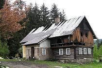 Škoda přesáhne milion korun. Požár v podkroví rodinného domu v ulici Staniční ve Smržovce.