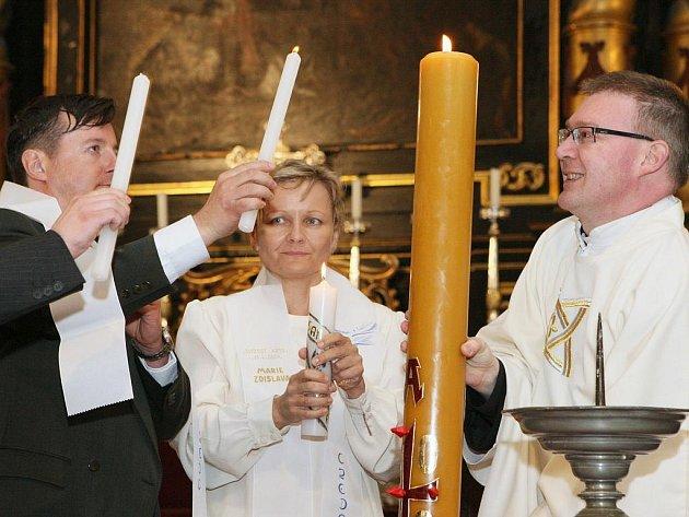 Velikonoční vigilie na Bílou sobotu. Snímek z Litoměřic.