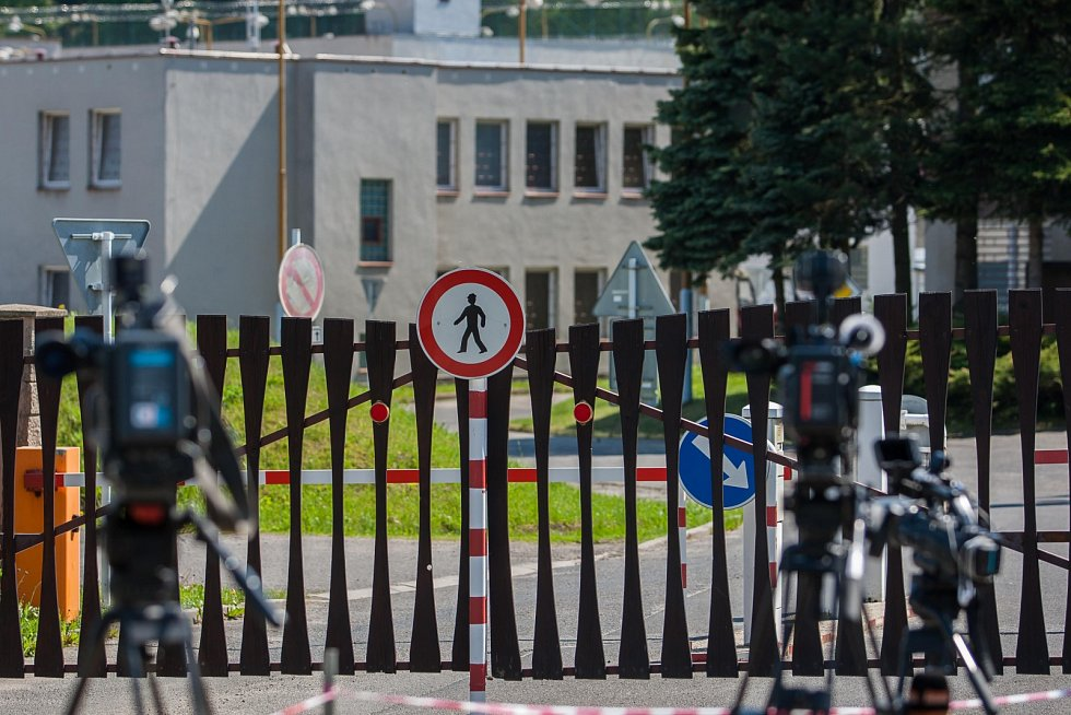 Čekání na milost pro Jiřího Kajínka před Věznicí Rýnovice. Neděle 21. května