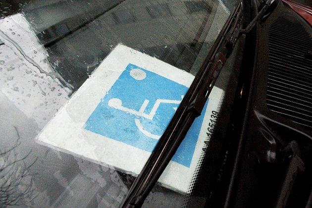 Ke kartě do auta obdrží zdravotně postižený člověk i průkazku se shodným číslem.