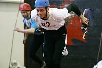 Profesionální i dobrovolní hasiči soutěžili v atletické hale.