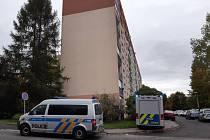Muž spadl ze střechy panelového domu v ulici Boženy Němcové na sídlišti Mšeno vJablonci nad Nisou. Svým zraněním na místě podlehl.