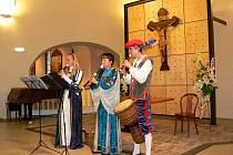 V nejstarší jablonecké památce kostele sv. Anny koncertoval při sobotním Dni památek renesanční soubor Ambrosie. V dobových kostýmech a s replikami hudebních nástrojů přednesl hudbu staré Anglie.