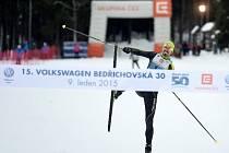 První den Jizerské 50 přinesl závod na 30 kilometrů volnou technikou i zábavu pro přítomné diváky.