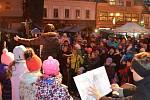 Zazpívat koledy s dětským sborem si na náměstí přišli především rodiče. Představili se ti nejmenší, předškoláči a prvňáčci. Ti muselí zpívat zpaměti, neumějí totiž jěště číst. S o to větší radostí se do zpívání pustili a pásmo koled proložily děti pod ved