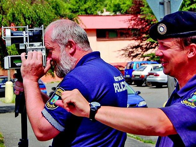 Strážník Miroslav Erlebach hlásí čísla vozidel a kolega Vladimír Zelenka právě kontroluje projíždějící vozidla. Oba si  nový radar nemohou vynachválit. Stal se postrachem řidičů.