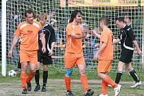 Smržovka před nevídanou diváckou návštěvou dostala doma 11 gólů od Kokonína (v oranžovém).