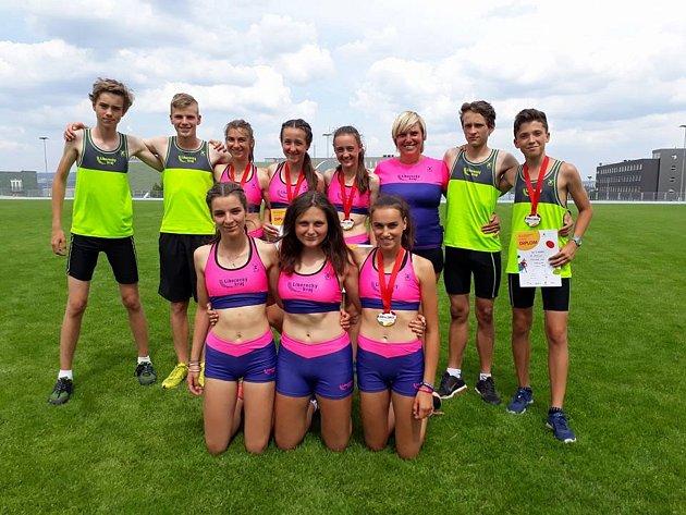 Skupina atletů a atletek trenérky Evy Mikulové z TJ LIAZ Jablonec.