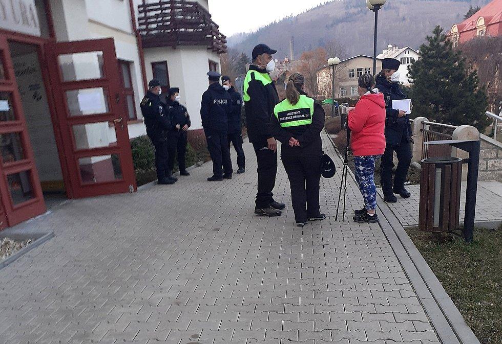 Policisté dohlíželi na řádný průběh zasedání zastupitelů města Velké Hamry.