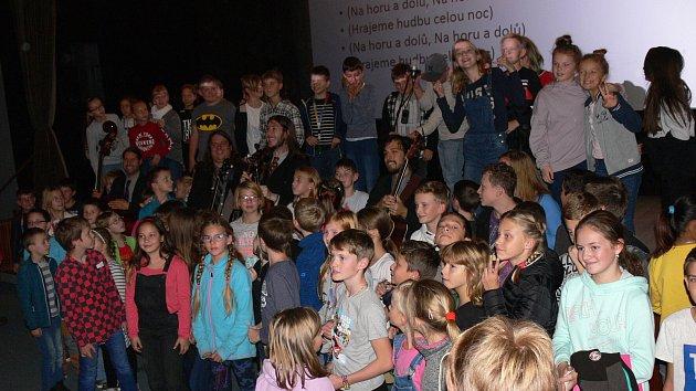 Americká bluegrassová kapela Henhouse Prowlers v rámci projektu Bluegrass Ambassador přivezla workshopy pro malé i velké.