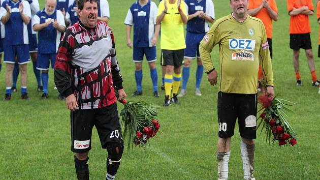 Stanislav Karela a Miroslav Bočok zakončili bránkářskou kariéru v rozlučkovém utkání starých gard Jenišovic a Rychnova.