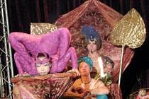 Hadí žena při představení v cirkusu Jo - Joo.