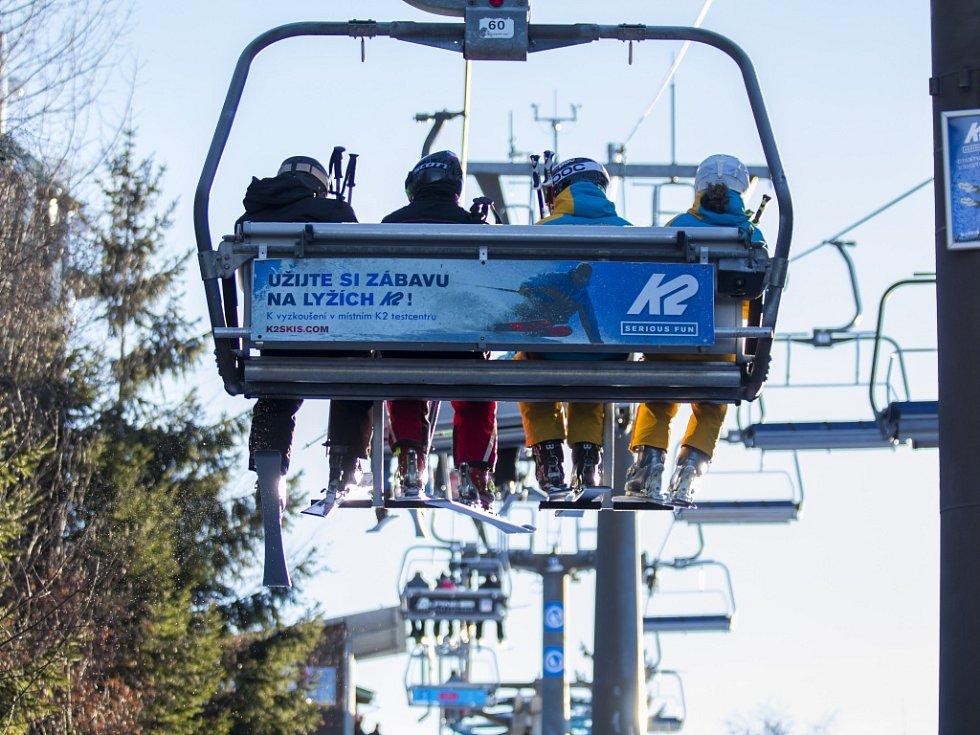 Zahájení lyžařské sezony v Jizerských horách. Tanvaldský Špičák.