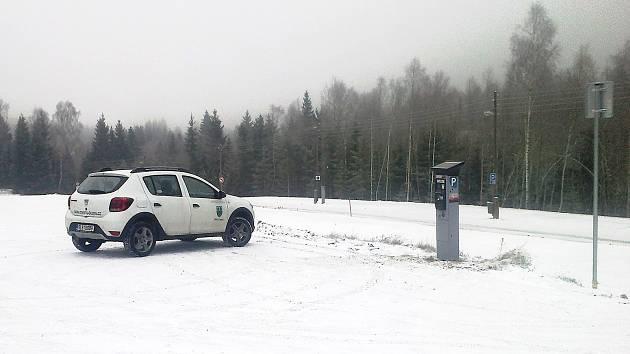 Na Souši v Desné přibylo sto nových parkovacích míst.