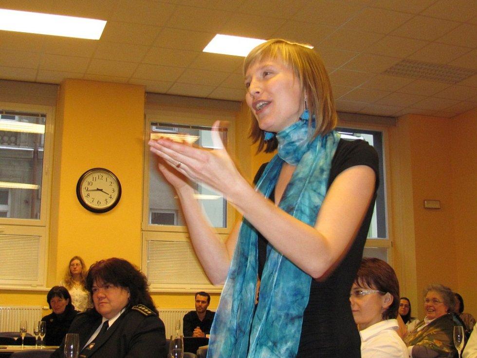 V doprovodném programu na novoročním setkání dobrovolníků ve Spolkovém domě zatančila děvčata ze železnobrodského  Domu dětí Mozaika a zpíval soubor Jablonecký Gospel.