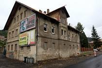 Ve Velkých Hamrech na Jablonecku se v pondělí 9. září ráno převrhlo lešení s dělníky, kteří museli být převezeni do nemocnice.