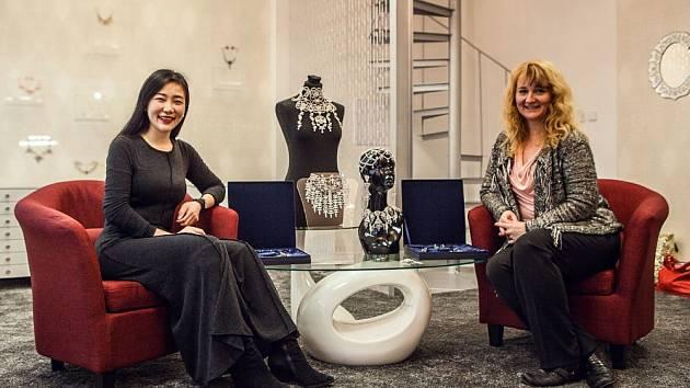 Luo Wen byla při návštěvě Jablonce okouzlena novým showroomem Šenýru v prostorách budovy jablonecké radnice. Na snímku s Olgou Kopalovou Rynešovou.