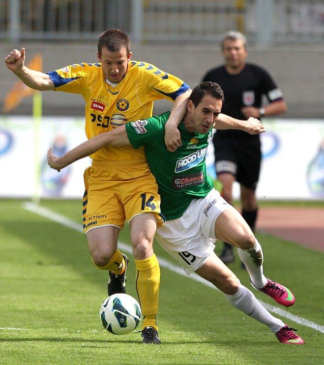 Jablonec doma remizoval s Jihlavou 1:1. Na snímku Lukáš Zoubele z Jablonce a Tomáš Marek z Jihlavy.