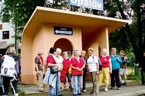 """Nejpočetnější skupina ze čtyřiceti """"škrpálníků"""" se s úsměvem sešla na peróně spálovského nádraží, aby směrem k domovu vydala odpoledním vlakem. Pár zdatnějších stihlo předchozí vlak."""