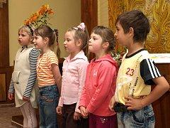 Květnové vítání občánků v obřadní síni v Tanvaldě. Přednášely a zpívaly děti z MŠ Radniční ul.