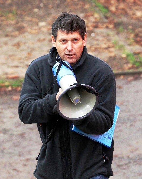 Jiří Čeřovský během nácviku poplachu na Základní škole Liberecká, kde byl několik let ředitelem.