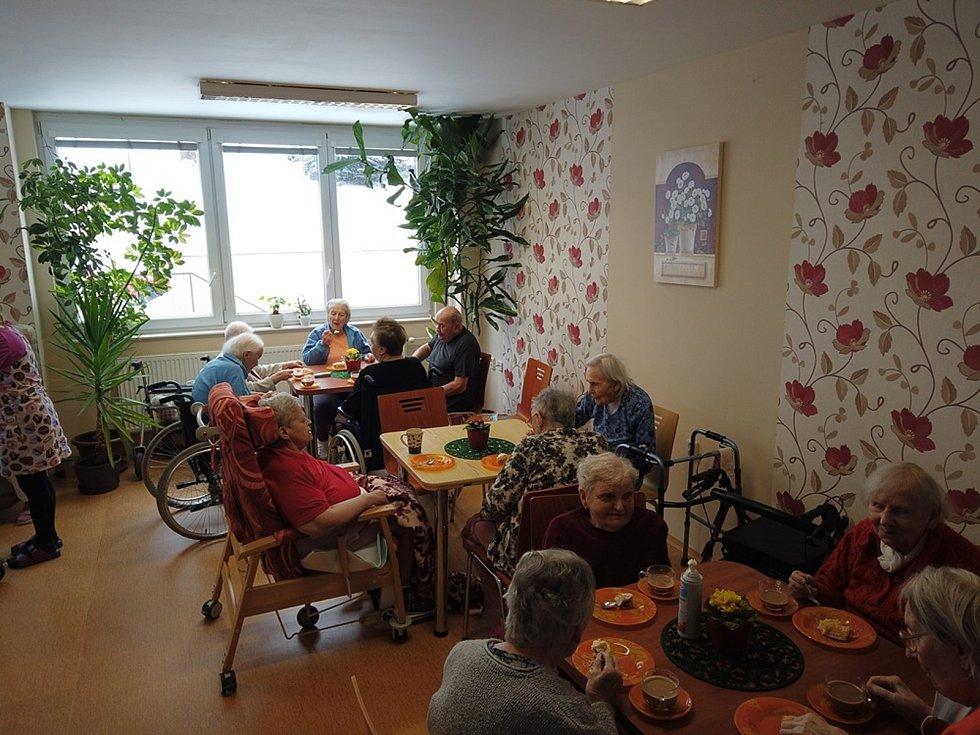 Seniorům opět dělá radost Babiččina kavárna.