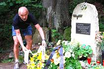 Loni. Bývalý kolega tragicky zahynuvšího strojvedoucího Jan Zahula, člen Prezidia Federace strojvůdců pokládá květiny.