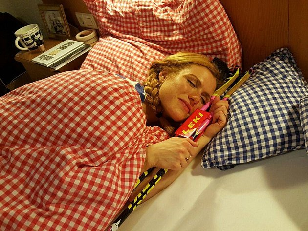 """Ze spací vášně Gábiny Koukalové si dělají legraci i její týmoví kolegové. A nejen z této. Dobírají si ji kvůli roztržitosti. Při jednom ze závodů si zapomněla vzít hůlky. Pro své fanoušky na Facebooku se nechala s novými """"růžovkami"""" i vyfotografovat."""