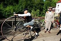 Příznivci cyklistického retro stylu se v sobotu sešli na Jablonecku, aby absolvovali jízdu Cyklostezkou Járy Cimrmana.