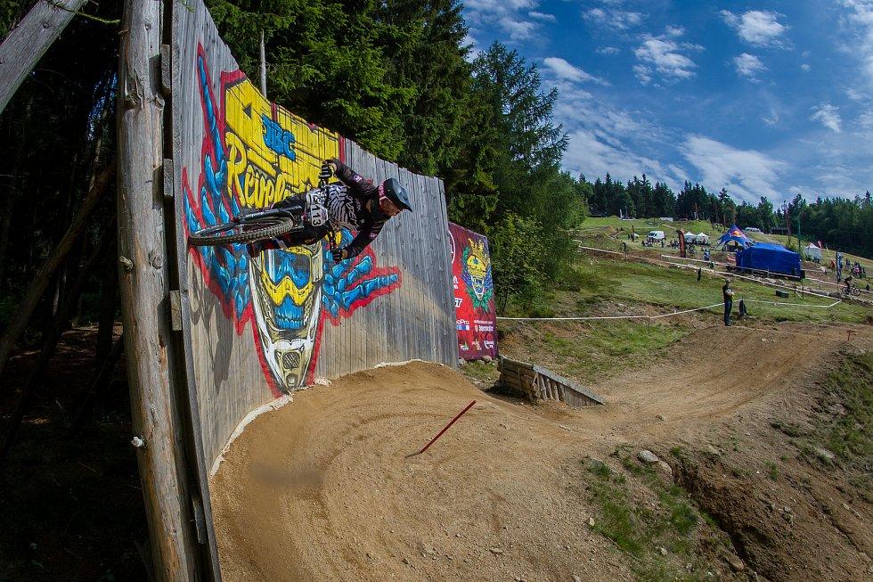 Kvalifikace závodu světové série horských kol ve fourcrossu, JBC 4X Revelations, proběhla 14. července v bikeparku v Jablonci nad Nisou. Finále se koná 15. července. Na snímku je Antoni Villioni.
