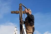 Rekonstrukce kříže v Rýnovicích. Původně byl součástí pozemku domu, u něhož stojí, majitelka nemovitosti jej městu darovala.