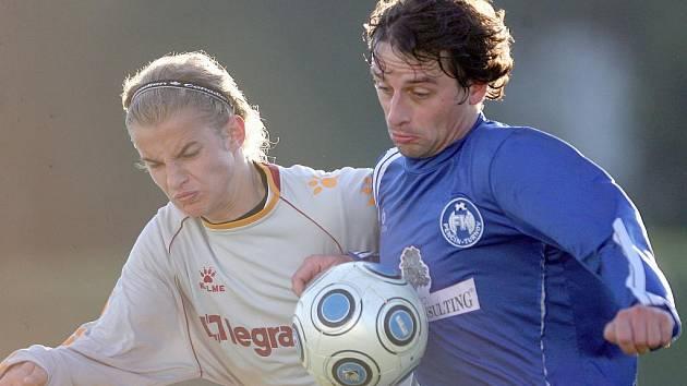 Pěnčín i v oslabené sestavě dokázal vybojovat tři body proti FKP Turnov B (v modrém).