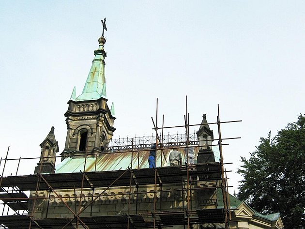 Novogotická památka se letos dočká opravy fasády. Poškozený je žulový sokl, který kopíruje nadzemní část kaple, římsa nad soklem, ploché kvádry i profilované zdobné prvky.